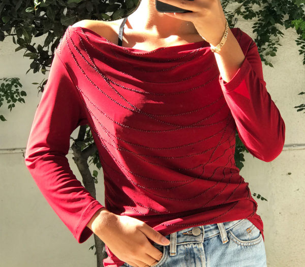 Casual electric red shirt with ornements on the front